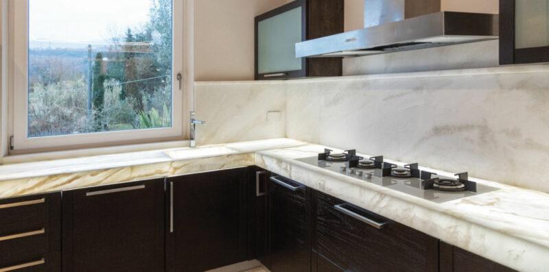 top per cucina in marmo retroilluminato e legno