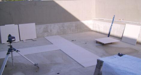 Installazione di piscina in marmo bianco