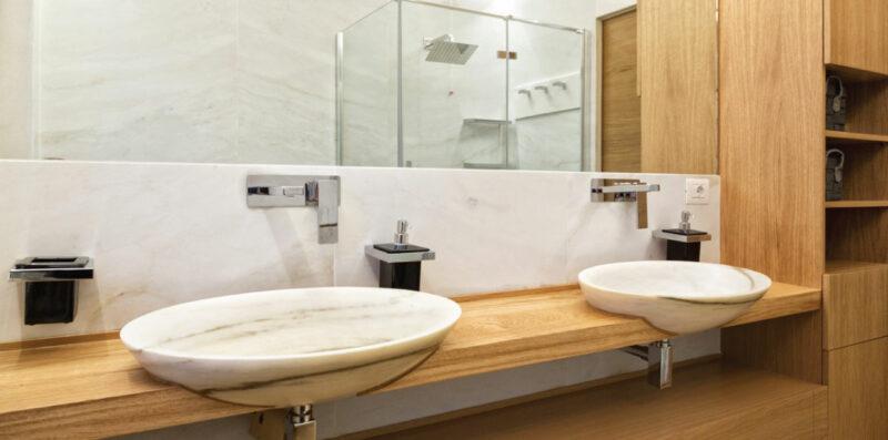 lavandini in marmo con piano in legno