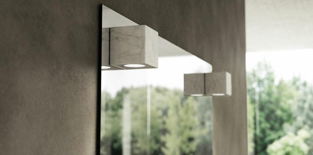specchio con luce in marmo