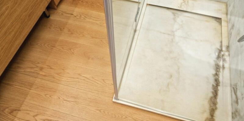 piatto doccia in marmo bianco e parquet