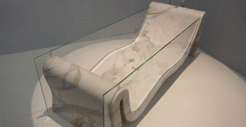 vasca sinuosa in marmo e vetro