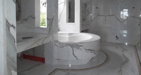 Bagno su misura con ampia doccia e vasca integrate nel rivestimento in marmo bianco di Carrara – Isole Bermuda