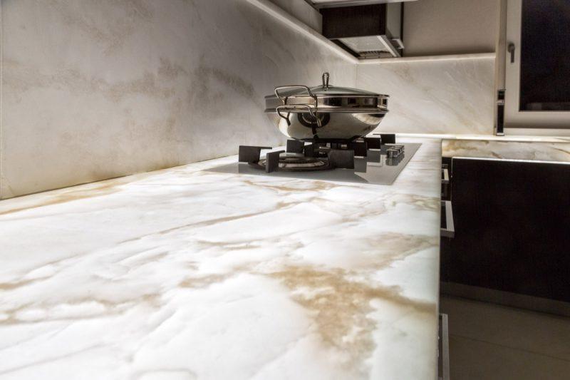cucina in legno con top in marmo retroilluminato