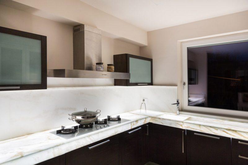 cucine moderne in marmo e legno
