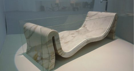 Realizzazione della vasca in marmo e vetro Hydra esposta al Salone del Mobile di Milano