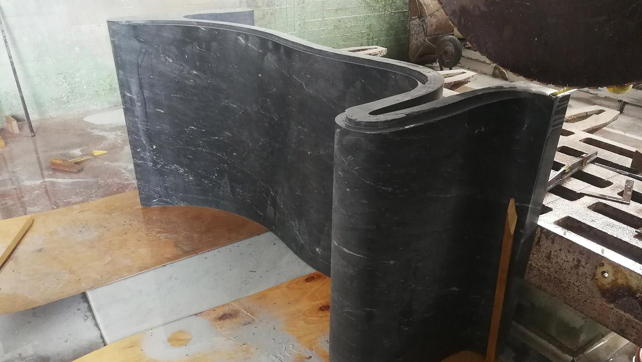Lavorazione della vasca da bagno in marmo e vetro Hydra