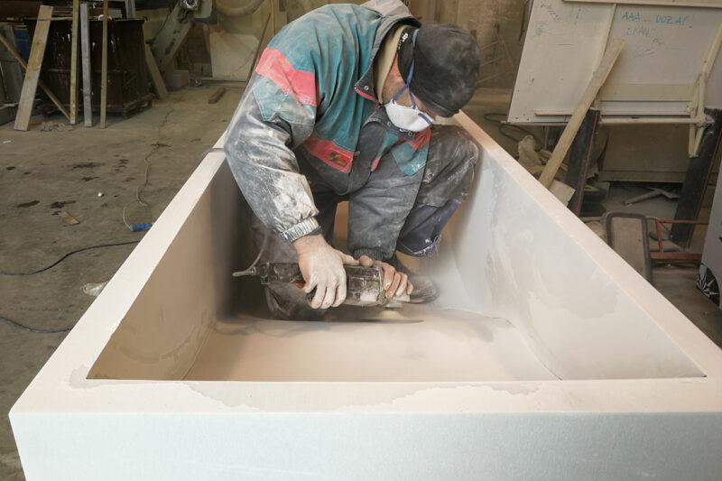 Processing of our white Carrara marble bath tub Onda