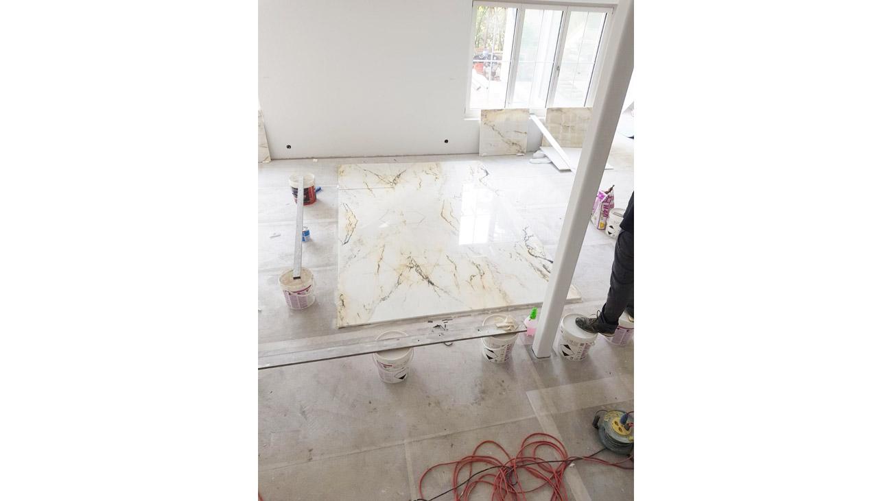 Posa del pavimento in marmo Paonazzo con lavorazione a macchia aperta