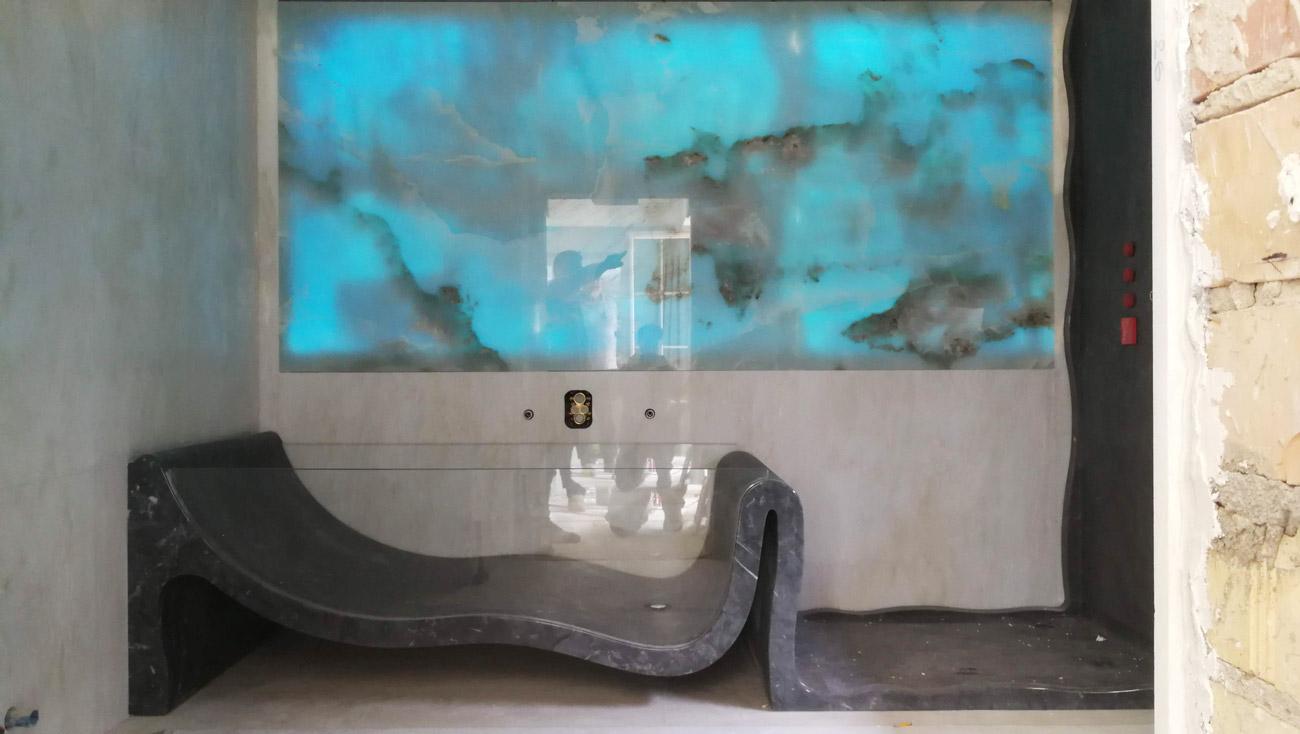 Vasca da bagno e piatto doccia in marmo con parete in marmo retroilluminata