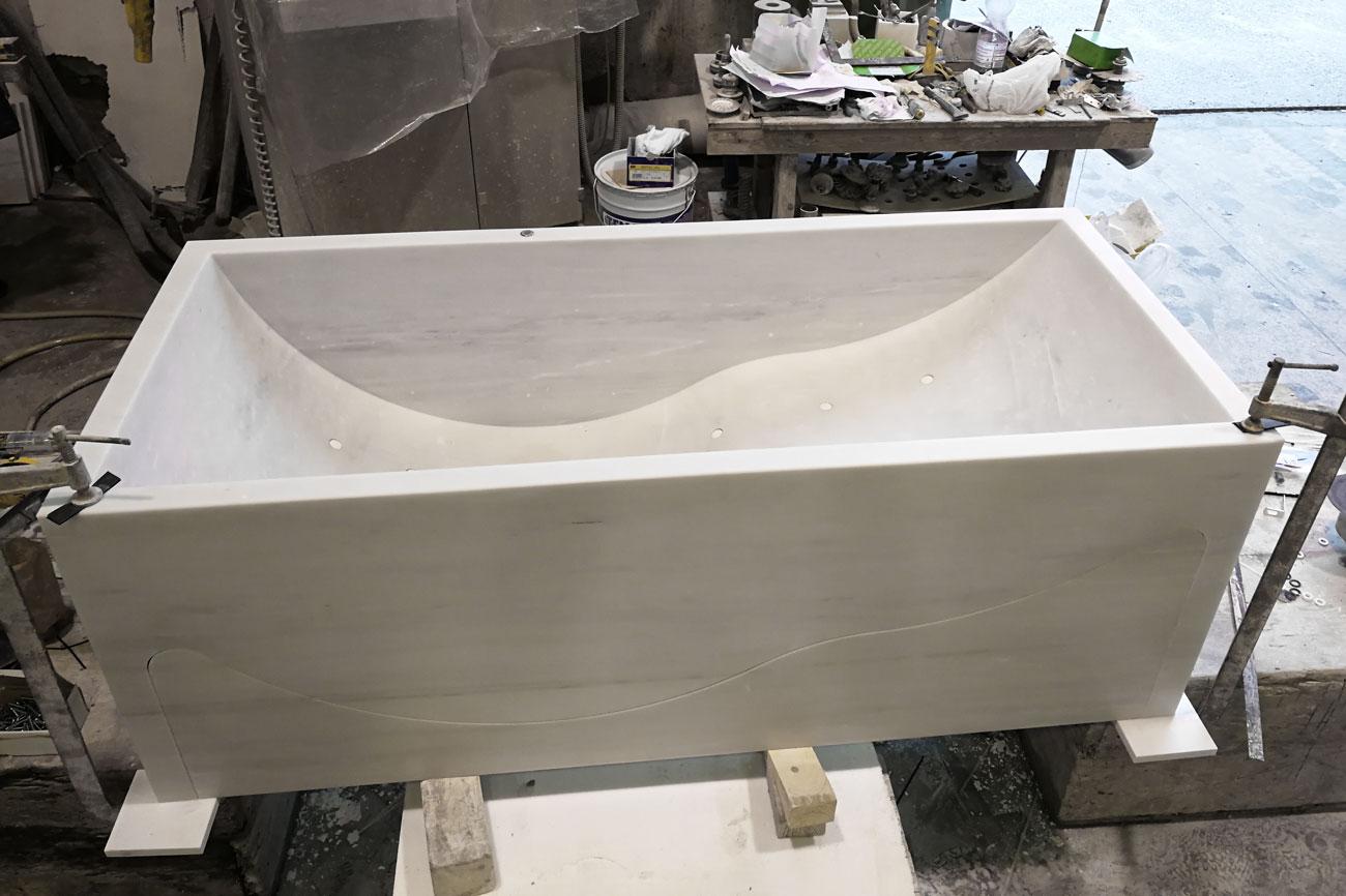 Lavorazione della nostra vasca da bagno in marmo bianco Carrara con idromassaggio Onda