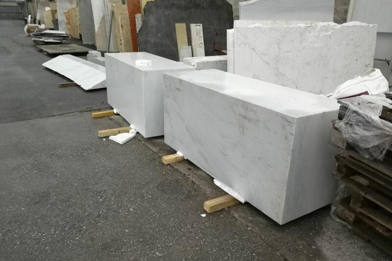 Selezione del blocco di marmo di Carrara per produrre la nostra vasca da bagno in marmo Onda