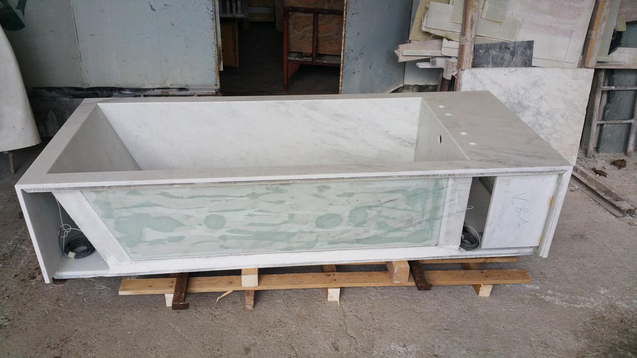 Costruzione della vasca da bagno in marmo riscaldata by Dedalo Stone
