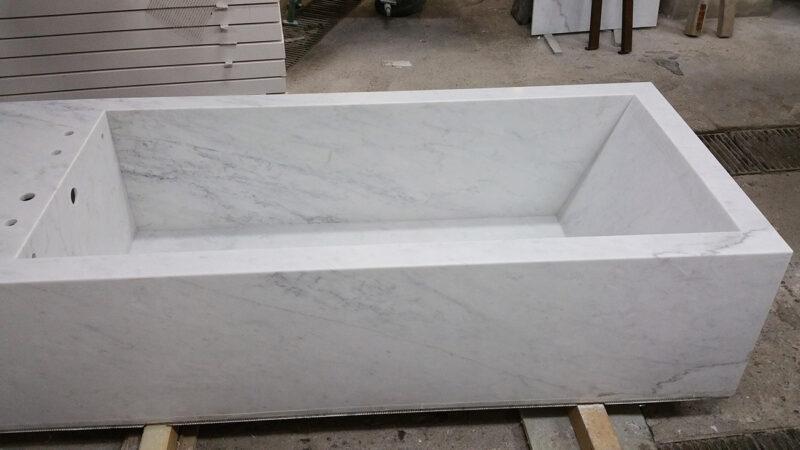 Costruzione della vasca da bagno in marmo bianco