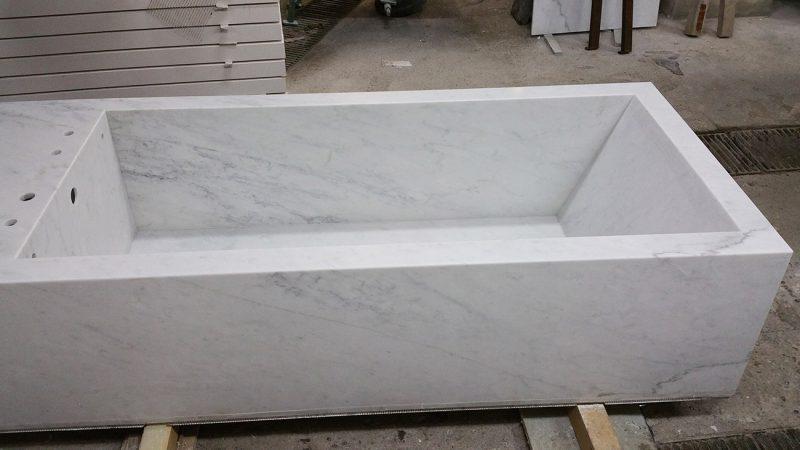 lavorazione vasca da bagno in pietra bianca