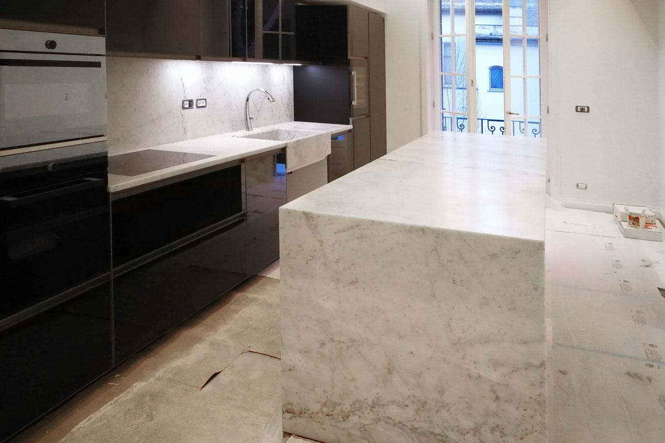 Cucina in marmo bianco Carrara con isola