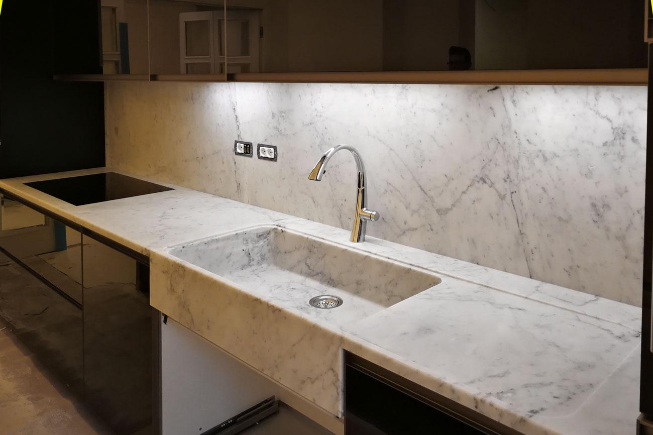 Cucina con lavello in marmo integrato nel top