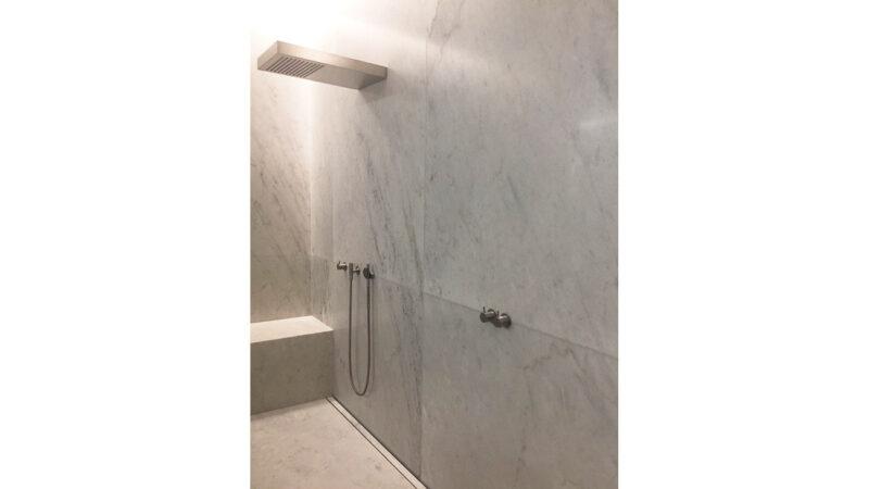 Rivestimento pareti doccia in marmo bianco Carrara