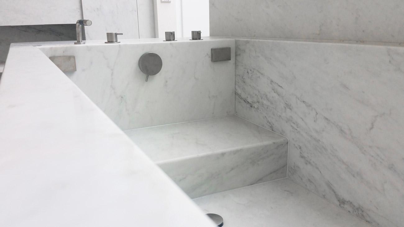 Interno della vasca da bagno in marmo bianco riscaldata