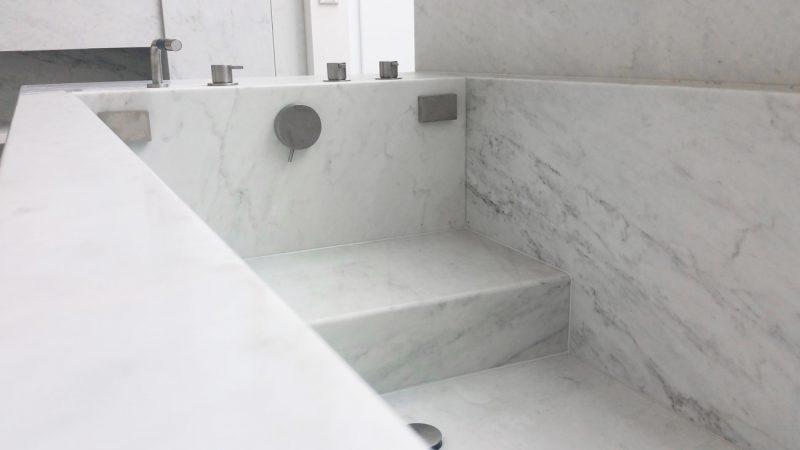 particolare vasca da bagno in marmo bianco