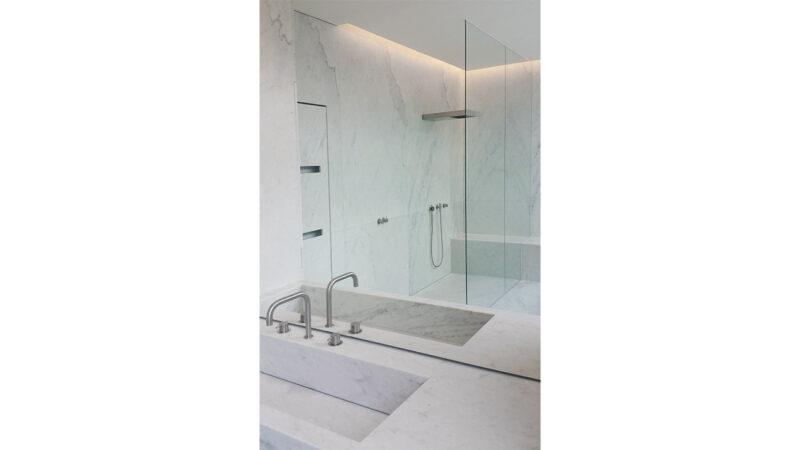 Lavandino da bagno in marmo bianco integrato nel top