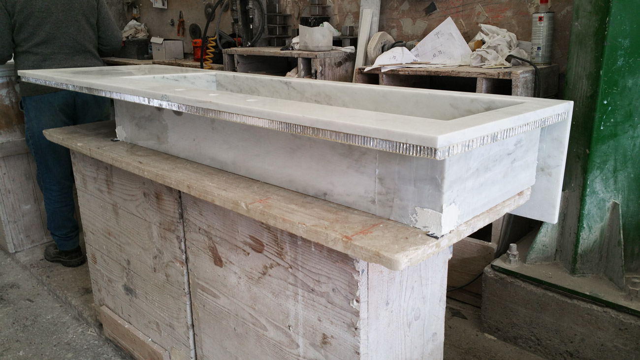 Lavorazione di un lavandino in marmo