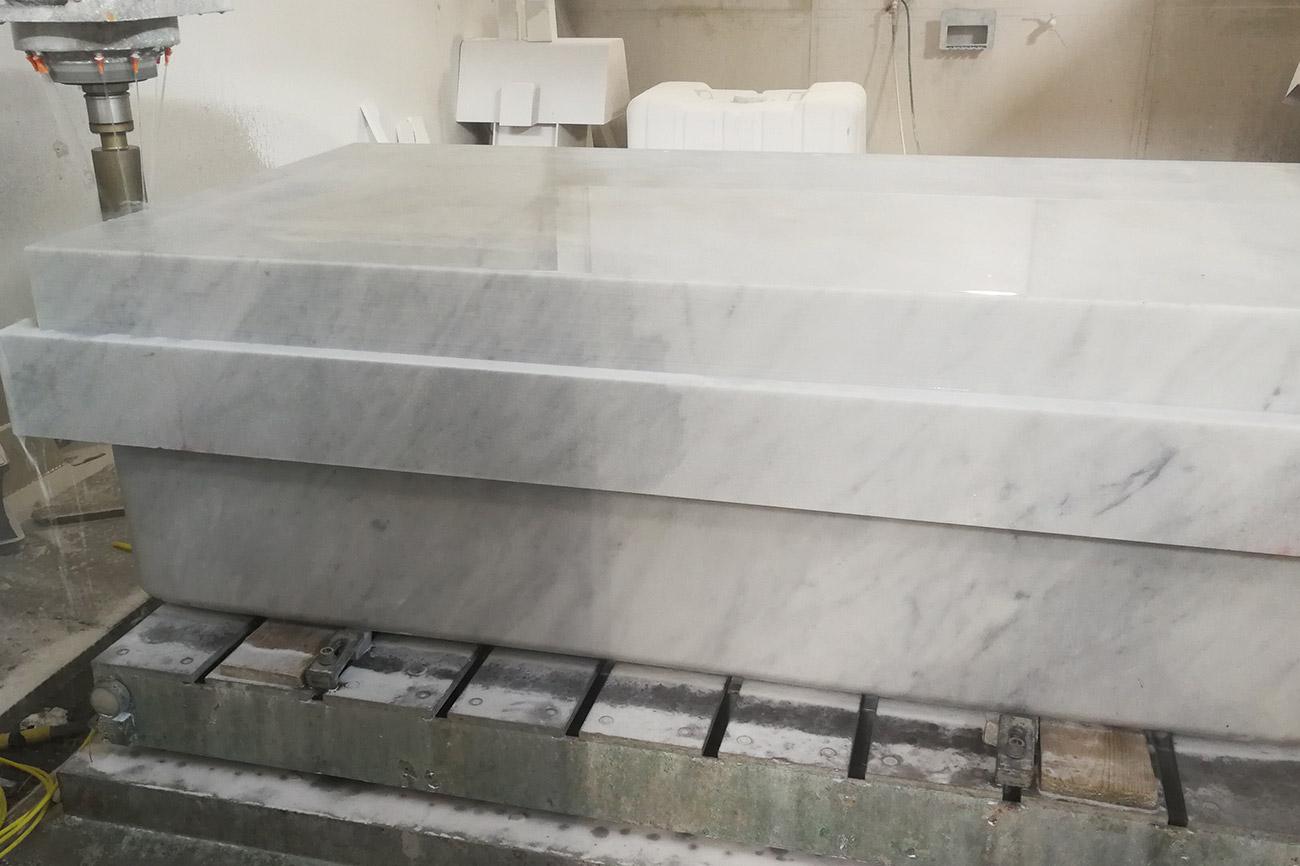 Lavorazione della nostra vasca da bagno in marmo Nuvola by Dedalo Stone Carrara