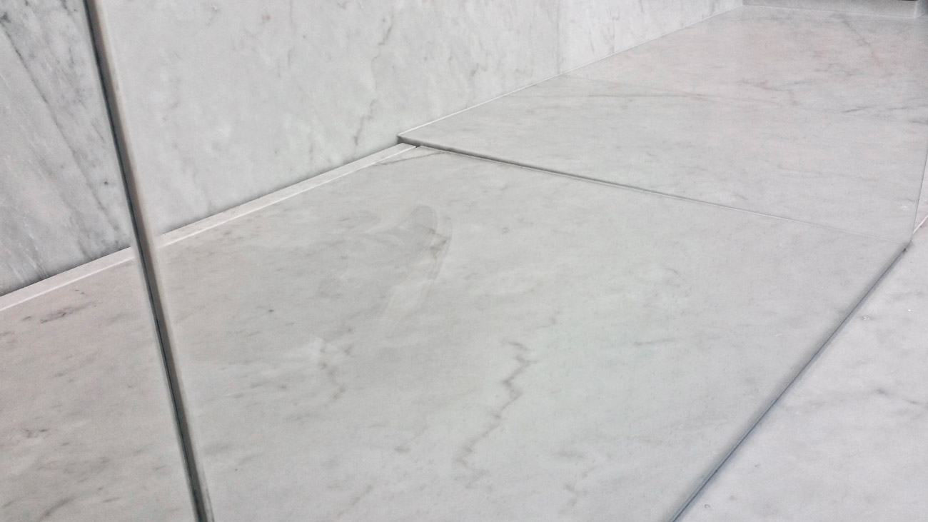 Shower tray in marble integrated in the floor
