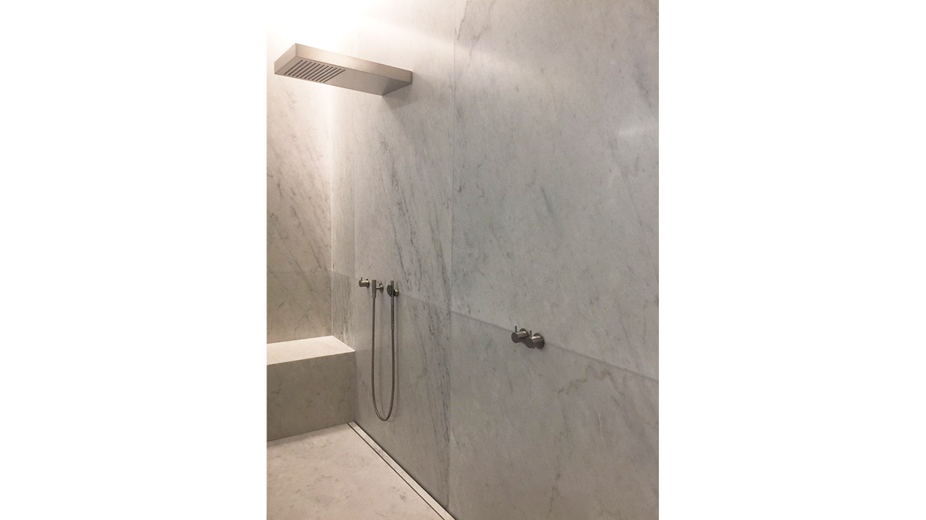Shower wall cladding in white Carrara marble