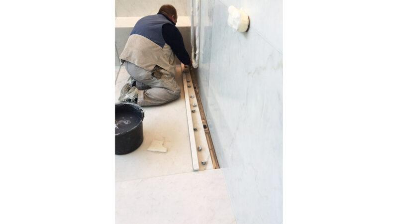 Montaggio della canaletta di scolo nel piatto doccia