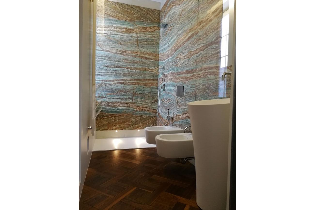 Rivestimento parete del bagno in marmo