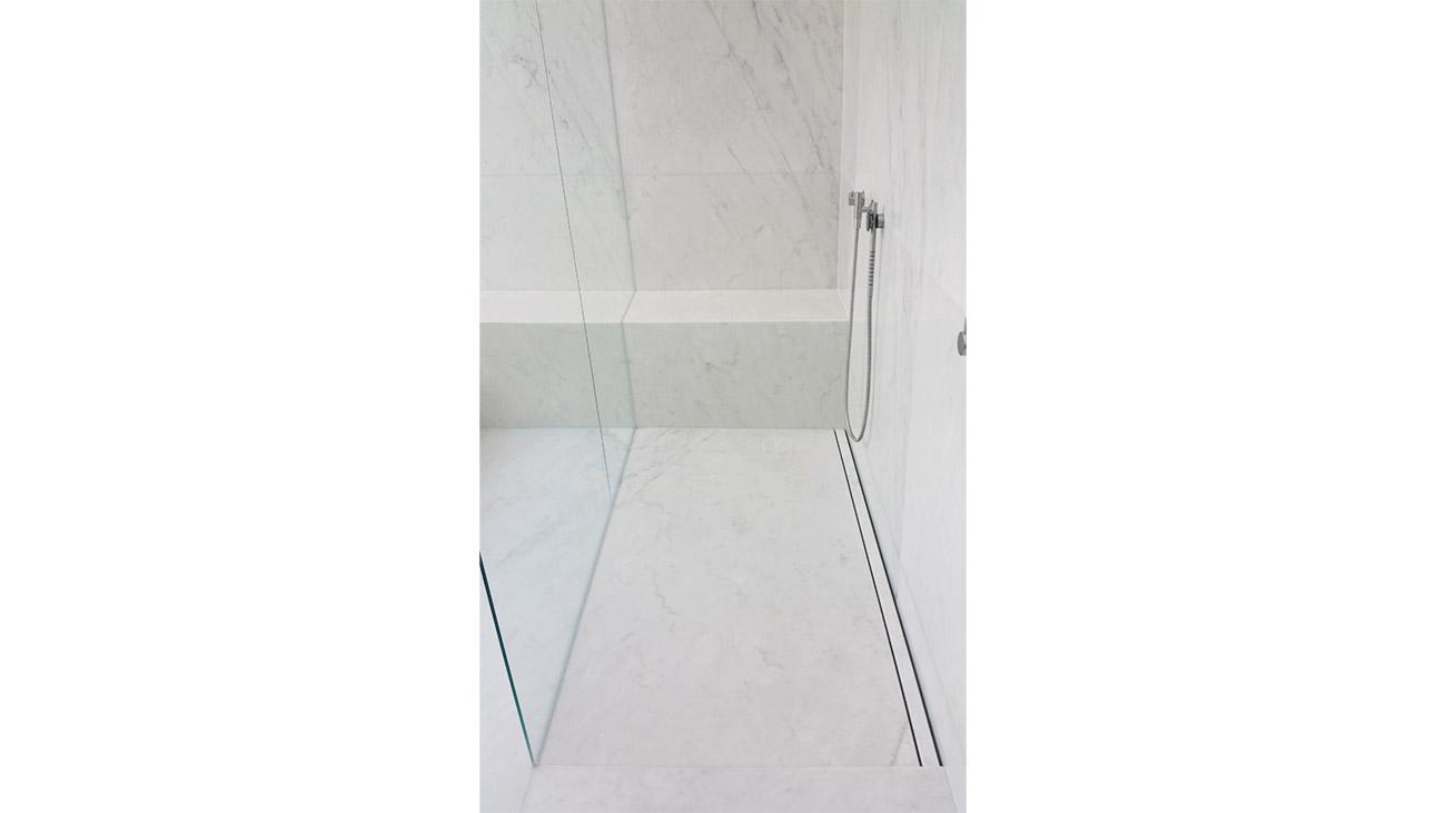 Piatto doccia in marmo integrato nel pavimento