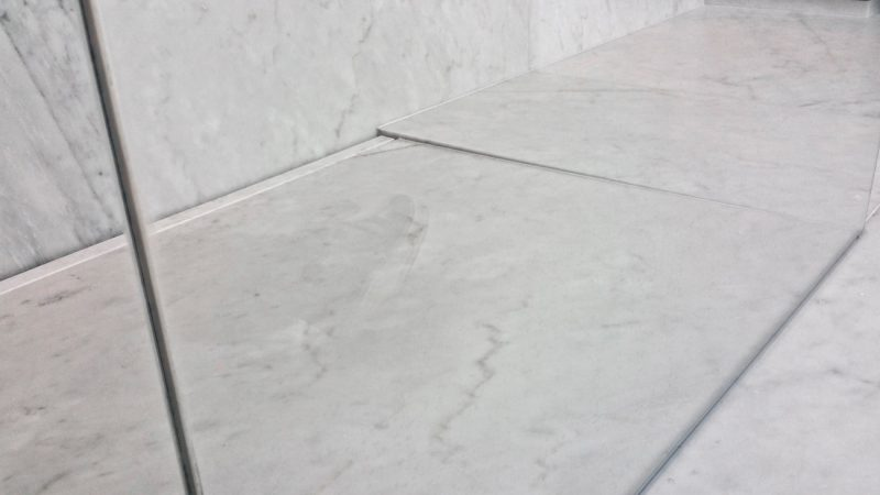 piatto doccia in marmo bianco