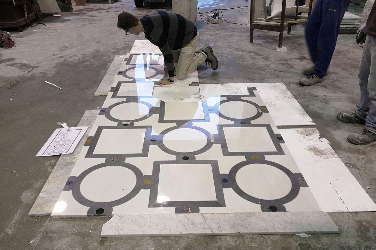 Preposta e verifica del pavimento intarsiato in marmo