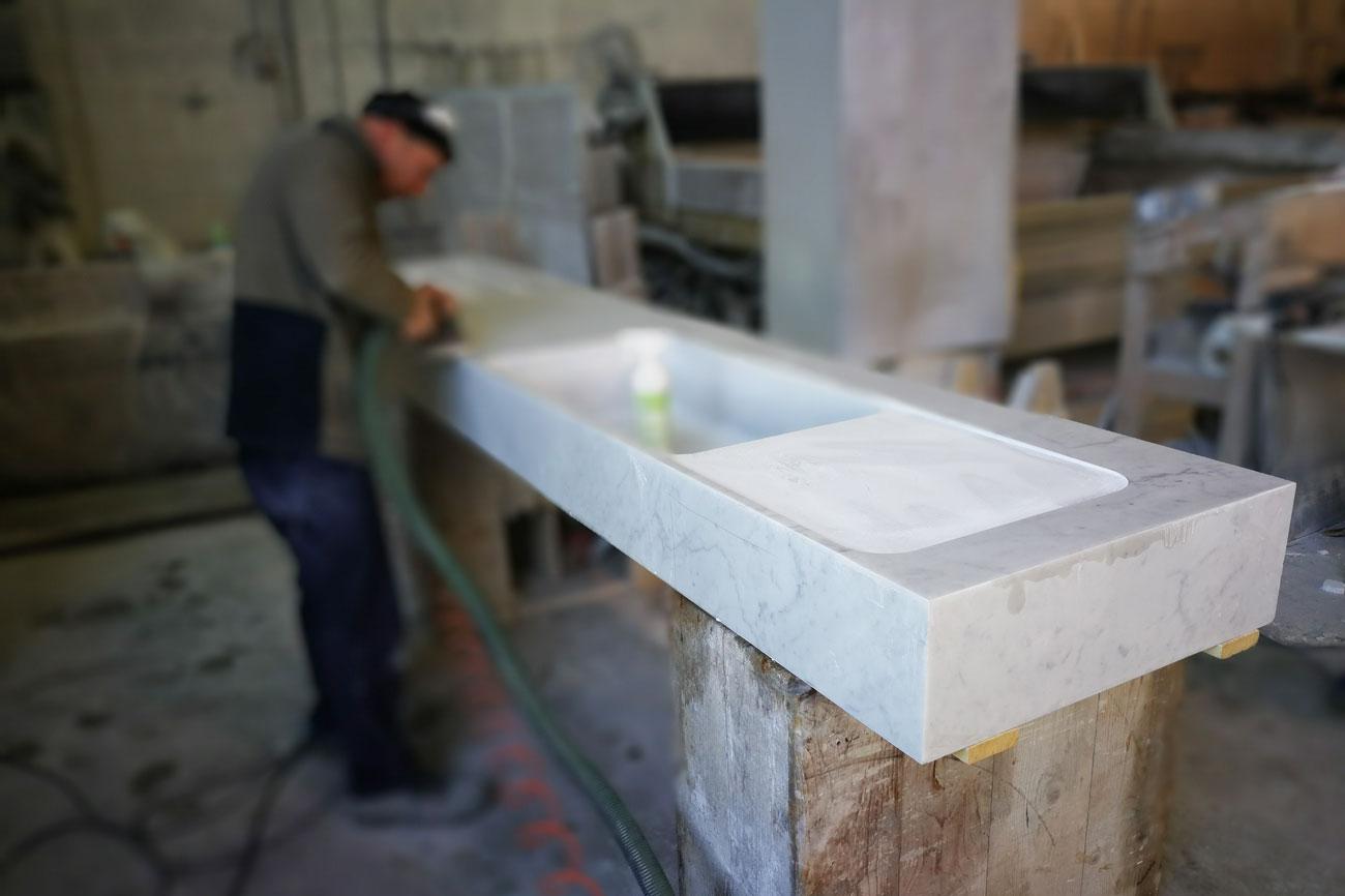 Lavorazione del lavello da cucina in marmo bianco Carrara