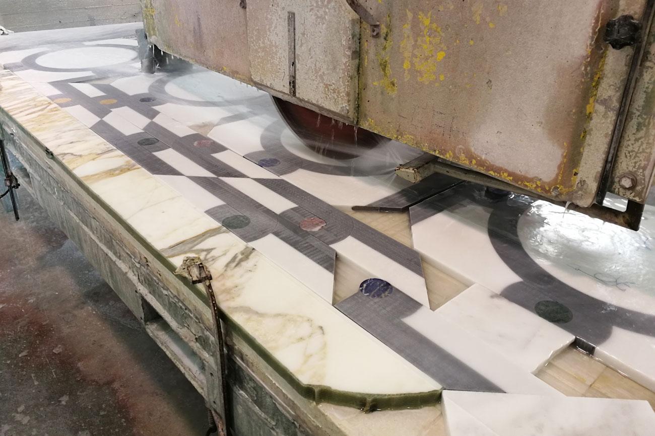 lavorazione di un pavimento intarsiato in marmo