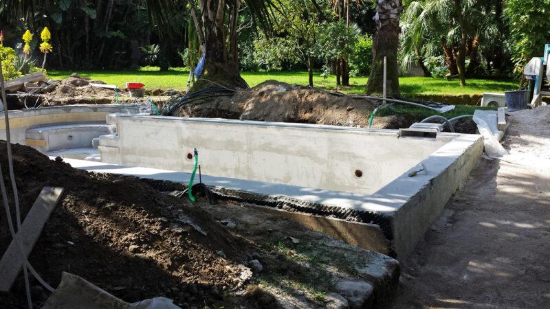 Rilievi in cantiere per rivestire una piscina in marmo bianco Statuario di Carrara