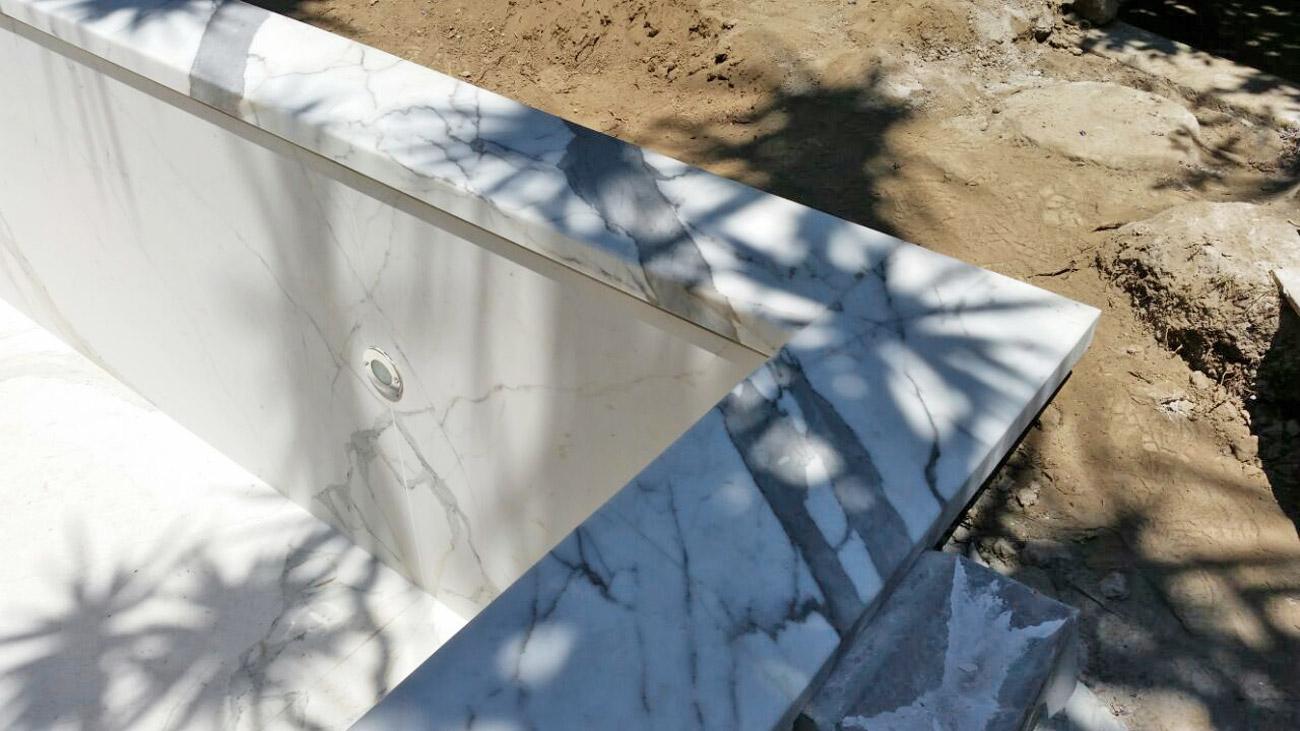 Rivestimento piscina in marmo bianco Statuario di Carrara