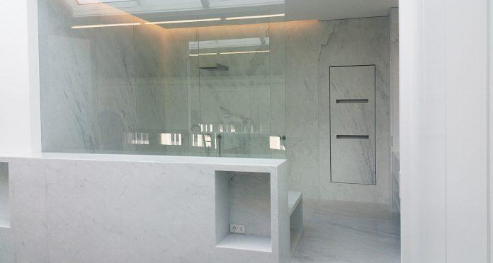 Realizzazione Bagni su misura in Marmo Bianco di Carrara con Lavandino, Vasca e Doccia Integrati- Dusseldorf, Germania