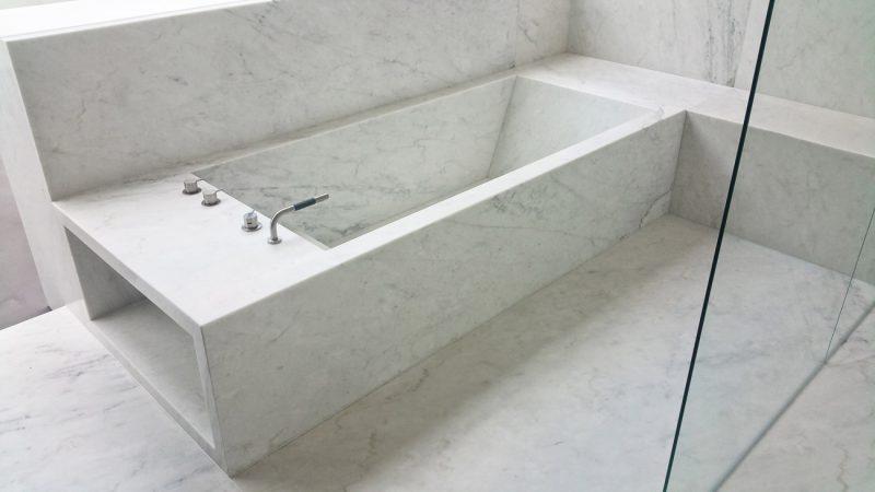 vasca di marmo bianco