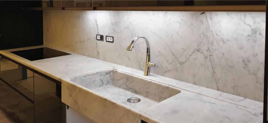 rivestimento in marmo bianco per cucina