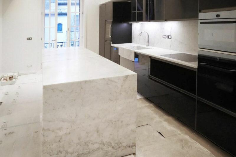 Cucina con isola in marmo