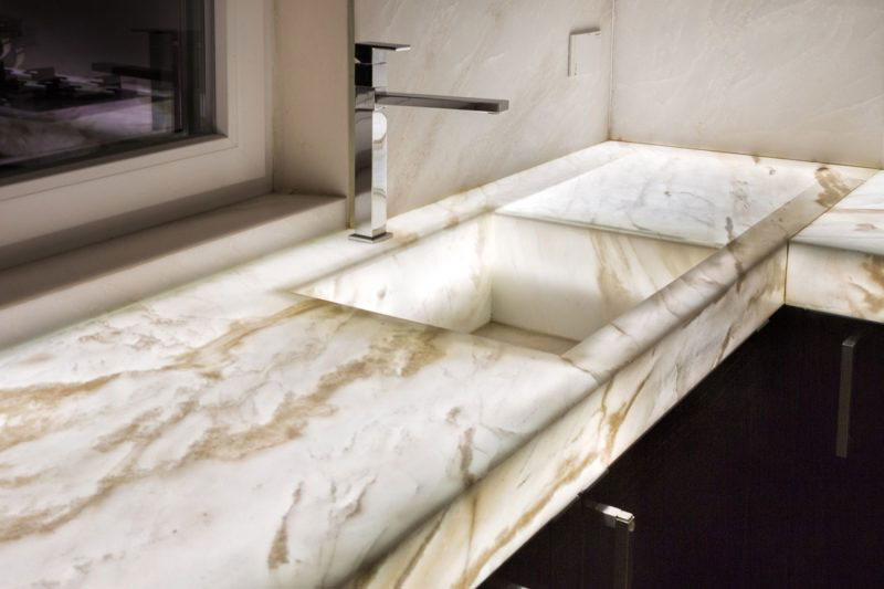 Cucine in muratura con marmo retroilluminato e lavello
