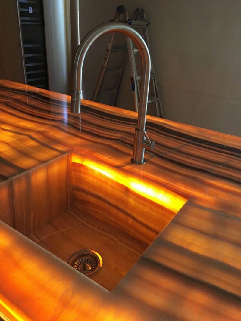 lavabo e top in onice retroilluminato