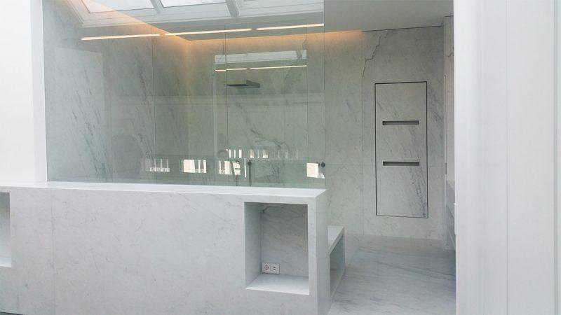 Rivestimento doccia e bagno in marmo bianco Carrara
