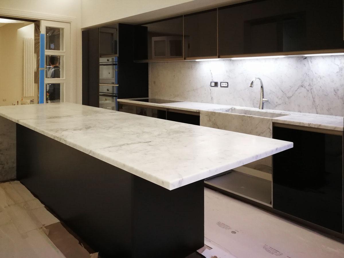 lavello in marmo integrato nel top cucina