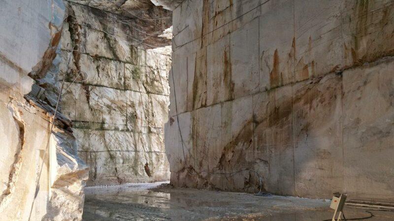 history of carrara marble quarries